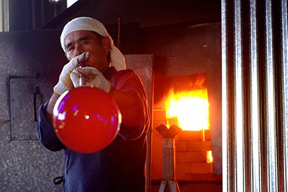 琉球ガラス村の工房を訪ねて