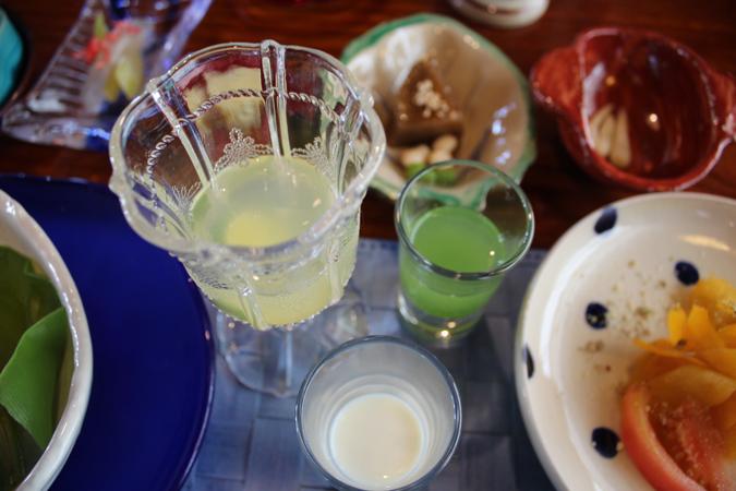 左より シークワサージュース 長命草ジュース 手絞りの豆乳