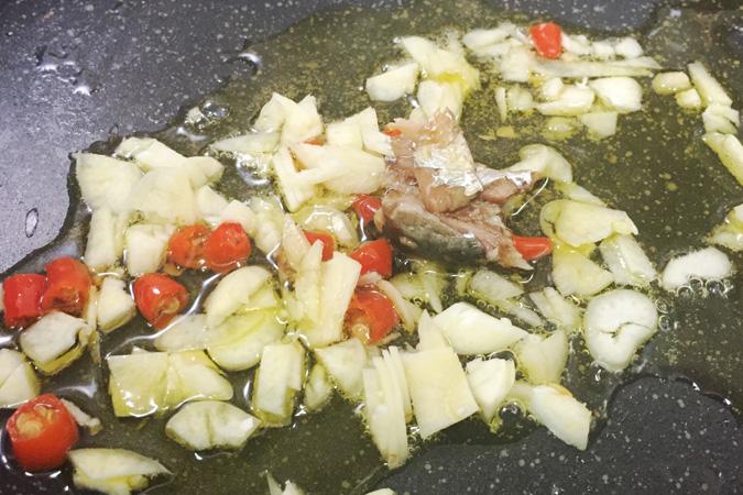 にんにくと島唐辛子とオイルサーディンを加熱